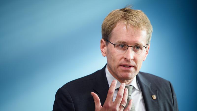Schleswig-Holsteins Ministerpräsident Daniel Günther (CDU) hält einen Rede. Foto: Gregor Fischer/dpa/Archivbild