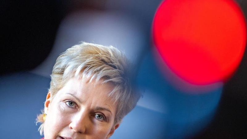 Ministerpräsidentin Manuela Schwesig (SPD) beantwortet Fragen von Medienvertretern. Foto: Jens Büttner/dpa-Zentralbild/dpa/Archivbild