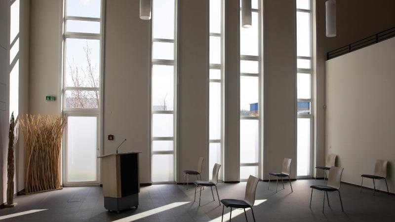 Stühle stehen mit großem Abstand in der Trauerhalle eines Bestattungsunternehmens. Foto: Christian Charisius/dpa/Archivbild