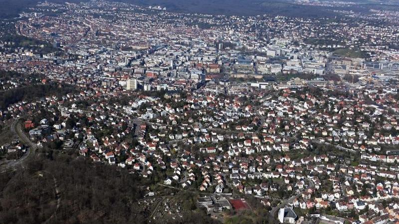 Ein aus einem Flugzeug aufgenommenes Luftbild zeigt die Innenstadt von Stuttgart. Foto: Uli Deck/dpa/Archivbild