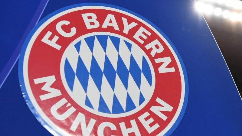 Das Logo des FC Bayern München ist am Ausgang des Spielertunnels zu sehen. Foto: Sven Hoppe/dpa/Archivbild