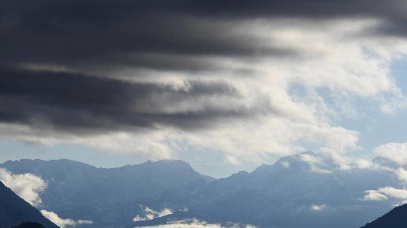 Dunkle Wolken ziehen über das Werdenfelser Land mit dem Wettersteingebirge. Foto: Angelika Warmuth/dpa