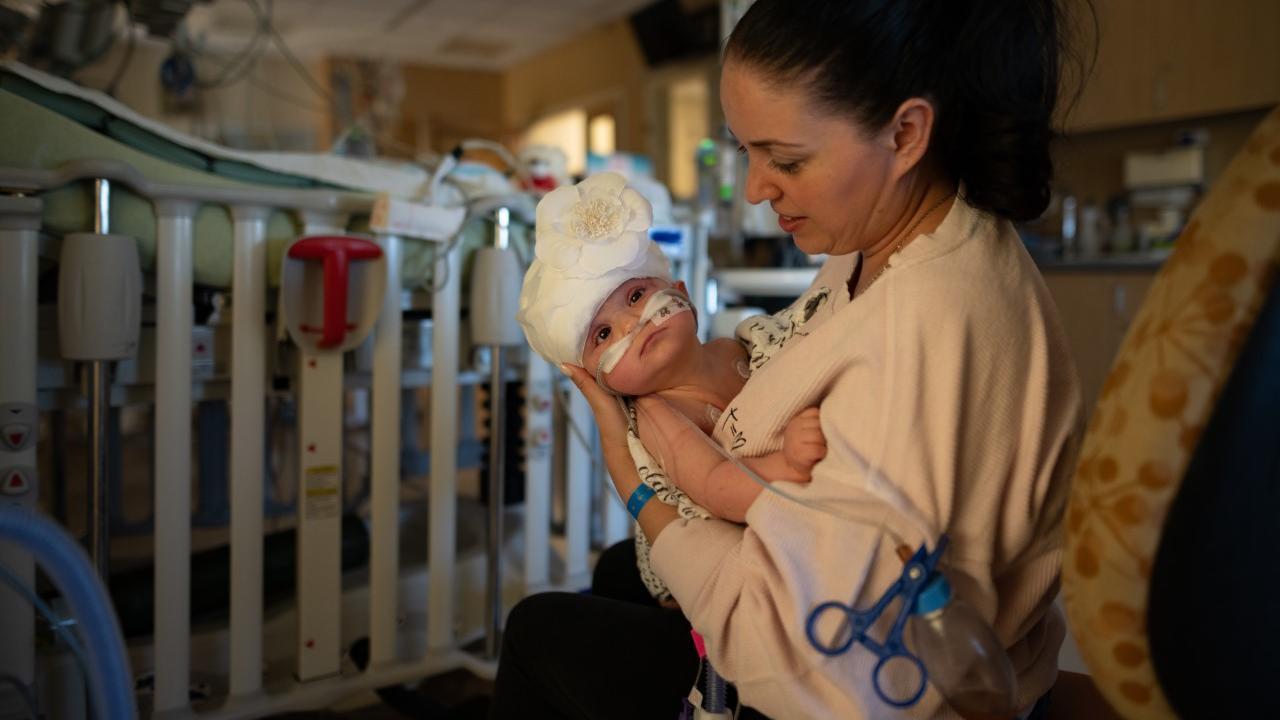 Mutter Liliya mit ihrer Tochter Micaela kurz nach der Operation.