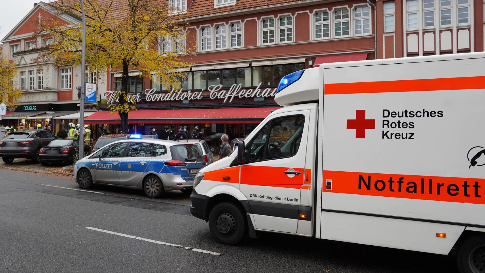 Unfall am Roseneck in Berlin-Grunewald: Ein PKW fuhr in das traditionelle Wiener Caffeehaus
