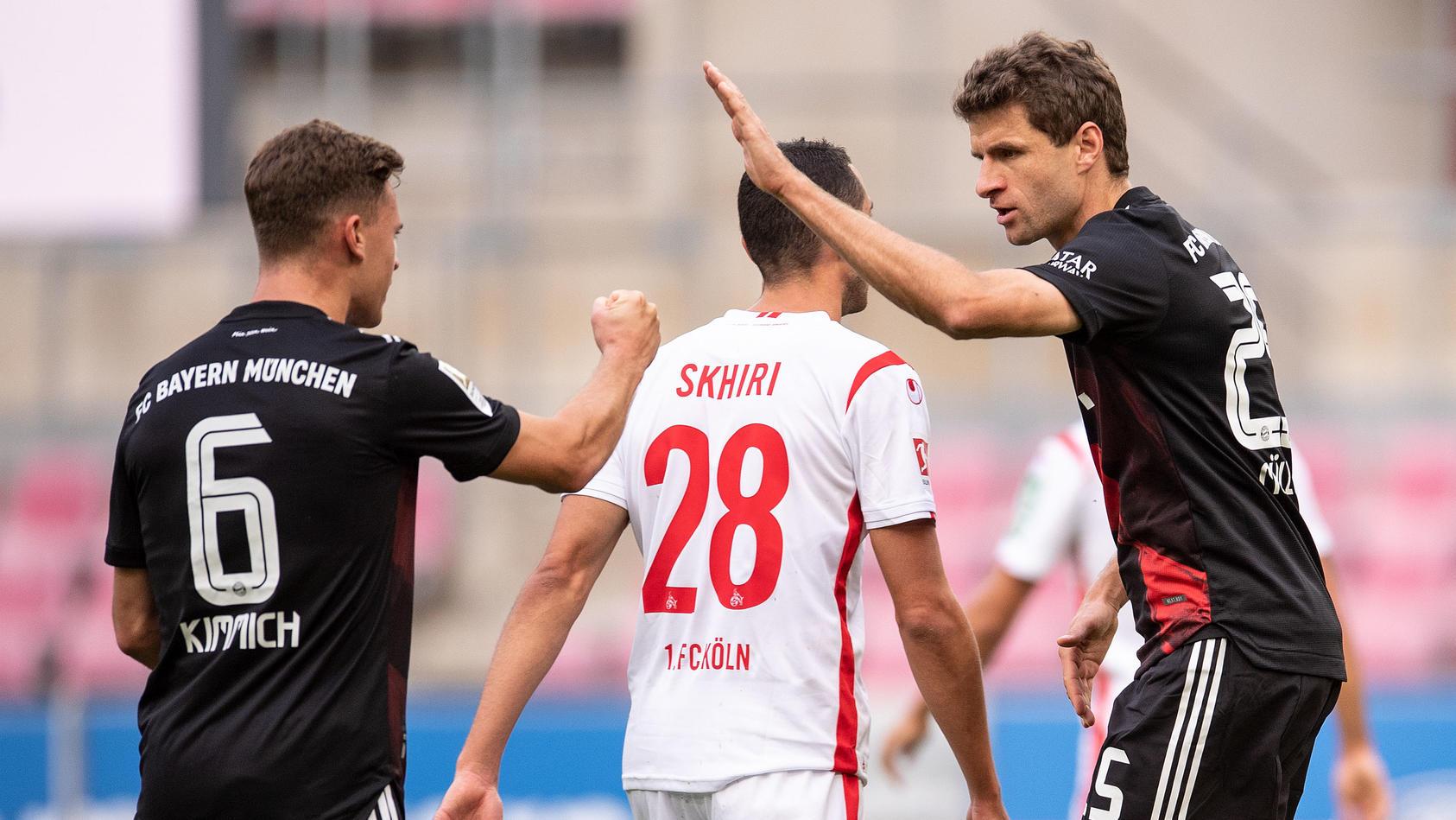 Thomas Müller (rechts) und Joshua Kimmich klatschen sich ab.