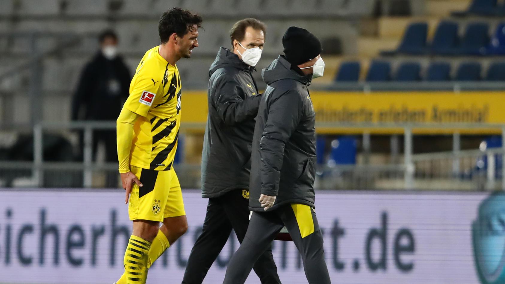 Mats Hummels geht mit Schmerzen vom Platz.