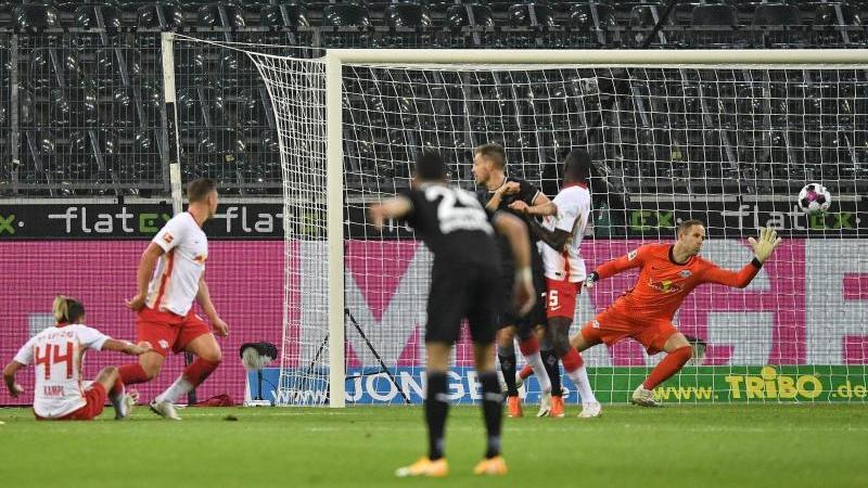 Mönchengladbachs Hannes Wolf (l) schießt das 1:0 gegen Leipzig. Foto: Martin Meissner/Pool AP/dpa/Archivbild