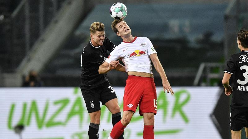 Mönchengladbachs Nico Elvedi (l) kämpft um den Ball. Foto: Martin Meissner/Pool AP/dpa/Archivbild