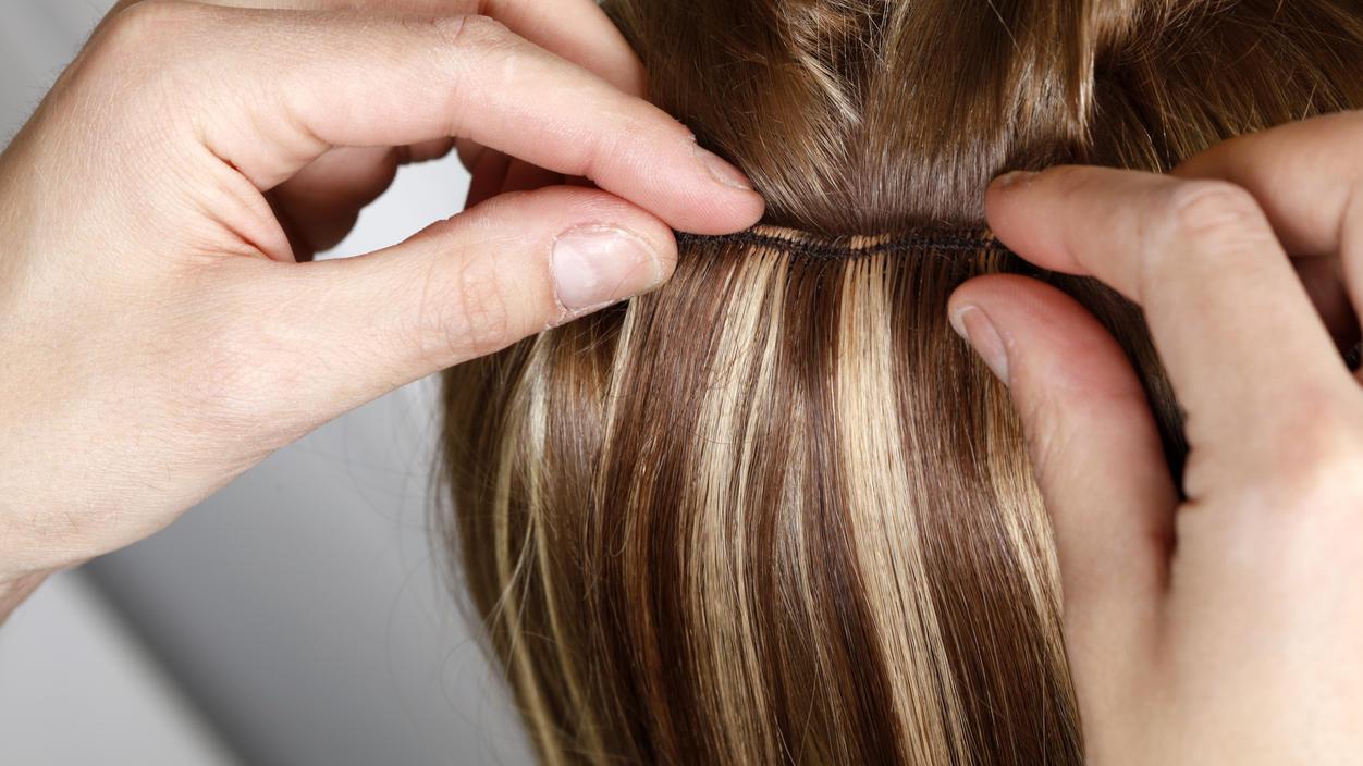 Mit Extensions lassen sich die Haare verlängern