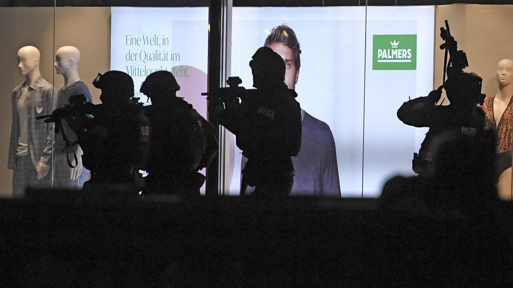 02.11.2020, Österreich, Wien: Schwerbewaffnete Polizisten sind in der Wiener Innenstadt im Einsatz. Bei einem mutmaßlichen Terroranschlag in der Wiener Innenstadt sind mehrere Menschen getötet und verletzt worden. Foto: Roland Schlager/APA/dpa +++ dp