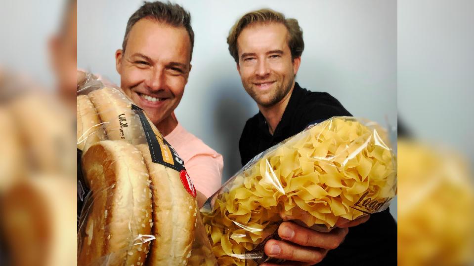 Thorsten Sleegers und Alexander Nicolai mit Brot und Nudeln