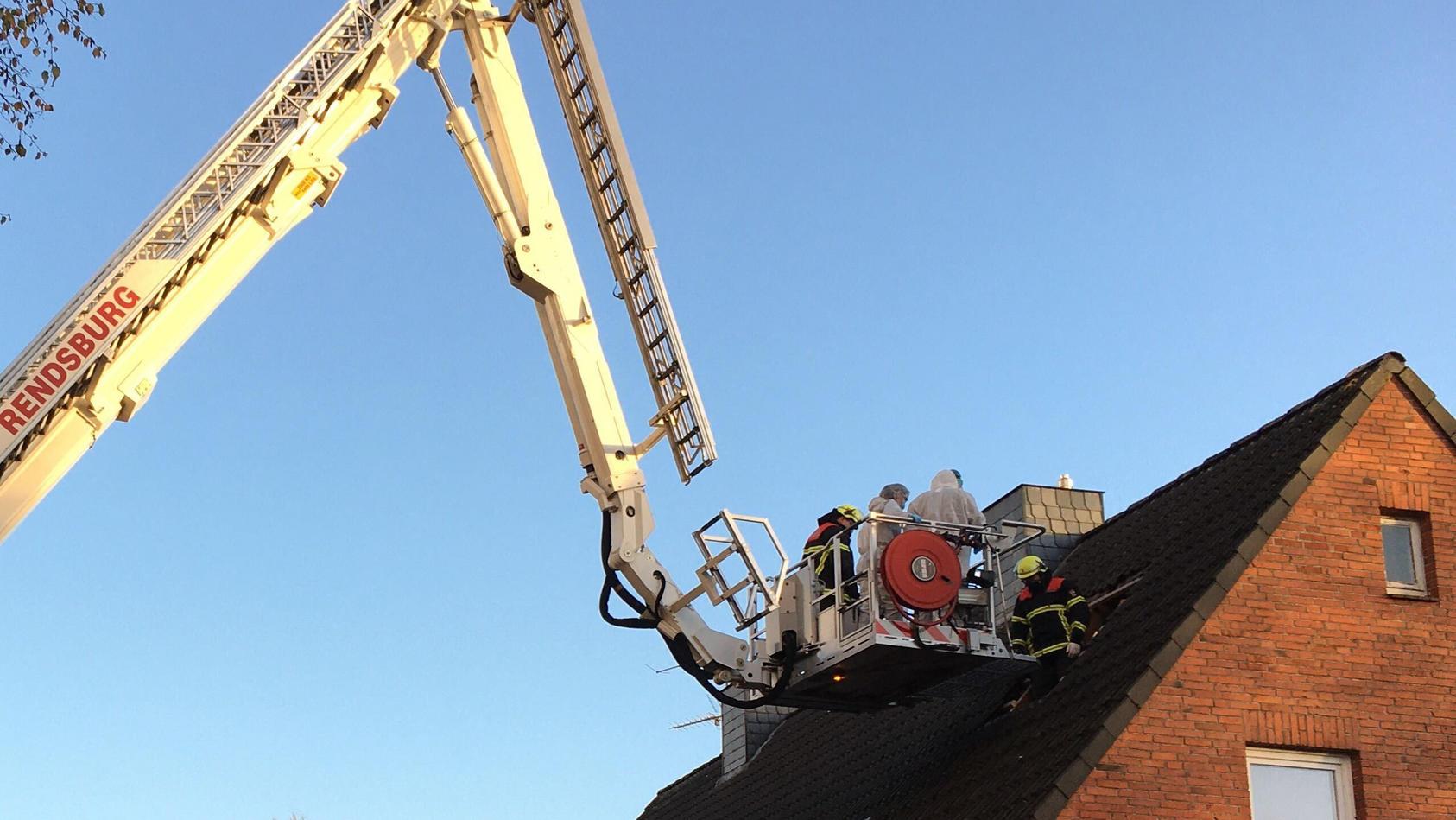 Die Feuerwehr musste das Dach öffnen, um die Leiche zu bergen