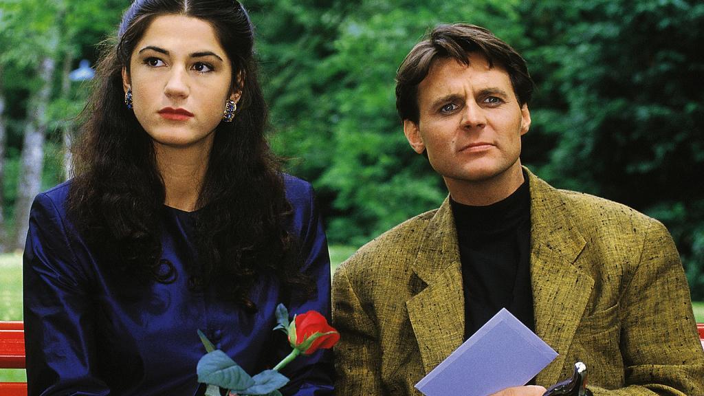 Dr. Gerner (Wolfgang Bahro) und Elionore (Mariella Ahrens) fühlen sich bei ihrem geheimen Treffen im Park beobachtet.