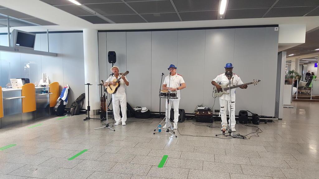Drei Männer spielen Musik am Gate