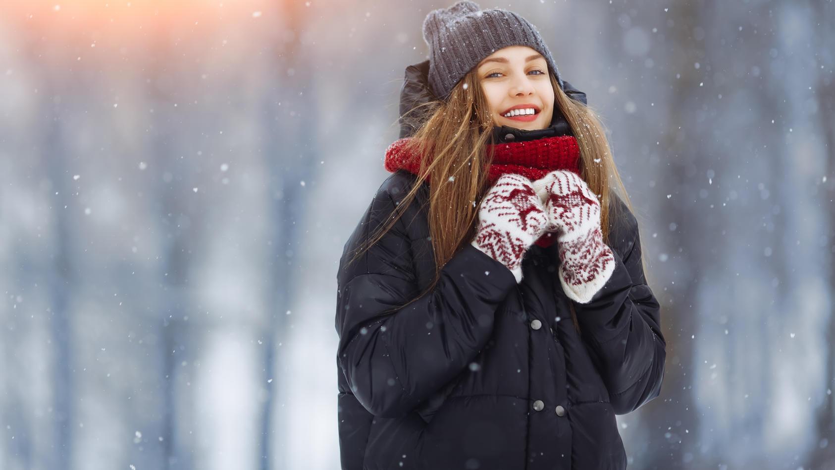 Junge Frau im Wintermantel.