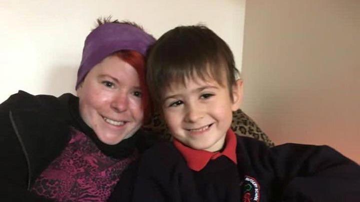 Gemma Holmes und ihr Sohn Rueben heute