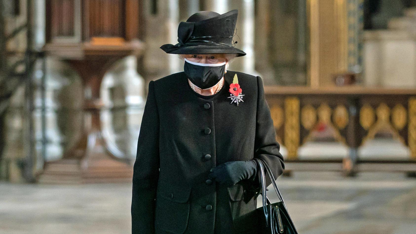 Königin Elisabeth II. bei ihrem ersten Auftritt mit Maske.