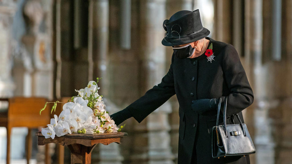 In Großbritannien herrscht in Kirchen Maskenpflicht - auch für eine Queen.