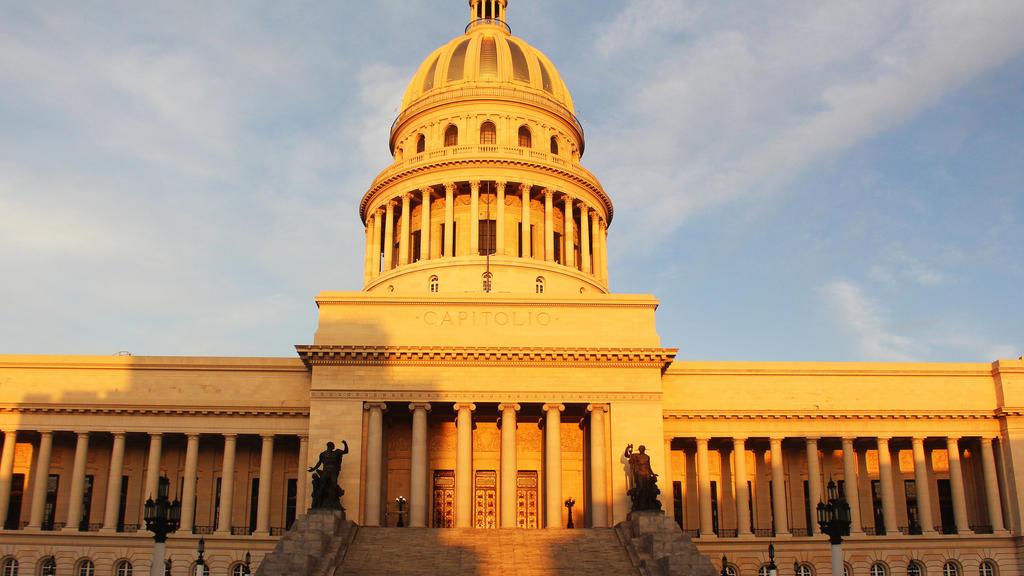 31.08.2020, Kuba, Havanna: Ein Mann geht vor dem Kapitol von Havanna. Wegen einer Zunahme neuer Corona-Fälle wird in Havanna vom 1. bis zunächst zum 15. September eine Ausgangssperre zwischen 19 und 5 Uhr verhängt. Foto: Guillermo Nova/dpa +++ dpa-Bi