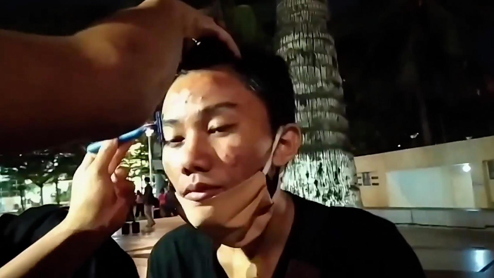 In Südsulawesi in Indonesien hat die Polizei zwei Teenagern zur Strafe die Augenbrauen abrasiert.