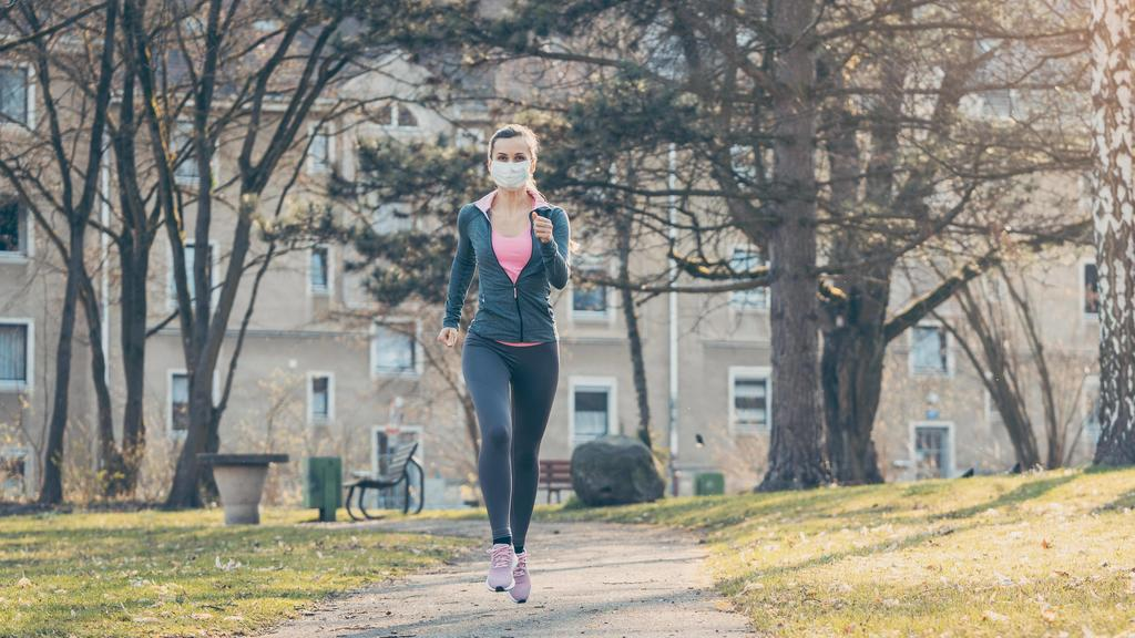 Woman jogging down a path boosting her immune system for covid-19 Copyright: xKzenonx Panthermedia28213966 ,model released, Symbolfoto