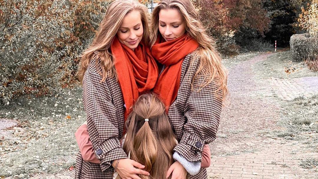 """Die Zwillingsschwestern Lara und Nina mit Tochter """"Püppi""""."""