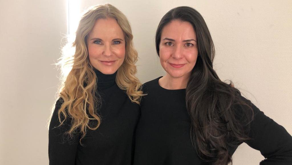 """Katja Burkard (l.). spricht mit Schauspielerin  Lena Ahmadi Khouki (r.) über das leidige Thema """"Abnehmen""""."""