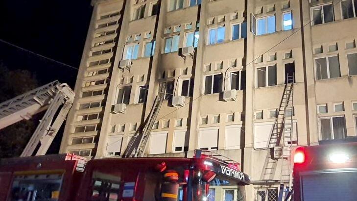 Zehn schwerkranke Covid-19-Patienten sind am Samstagabend in einem Krankenhaus an schweren Verbrennungen gestorben.