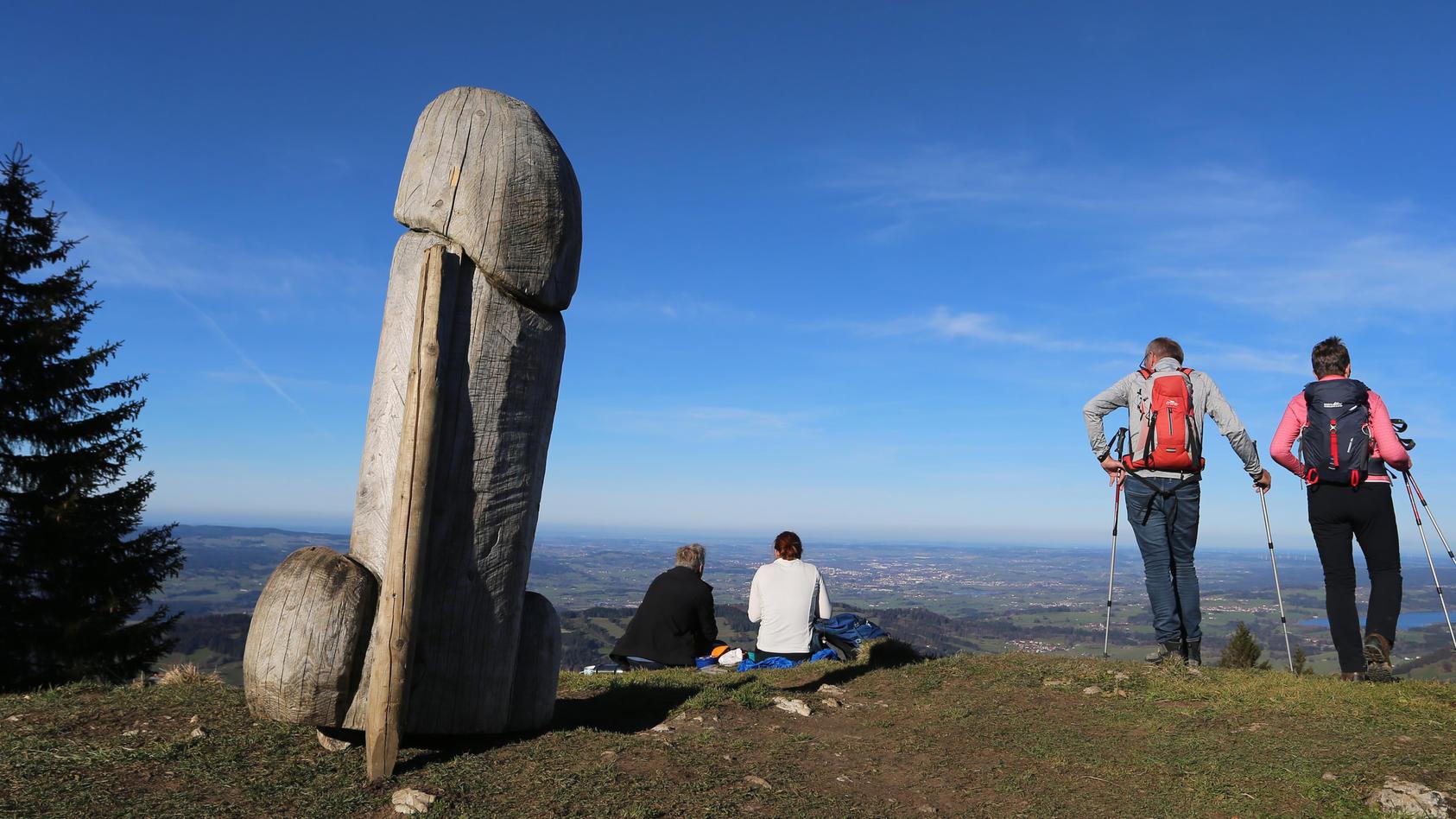 """""""Kulturdenkmal"""" Holzpenis auf dem Grünten steht wieder."""