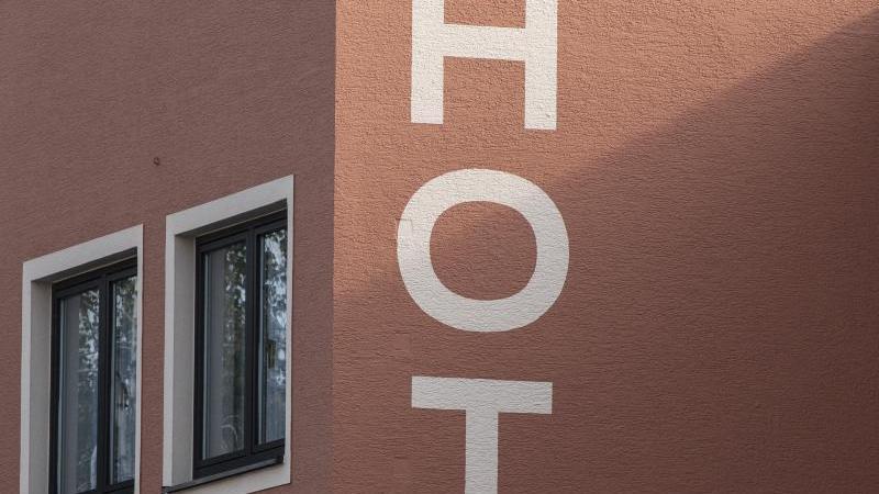 Die Fassade eines Hotels. Foto: Boris Roessler/dpa/Symbolbild