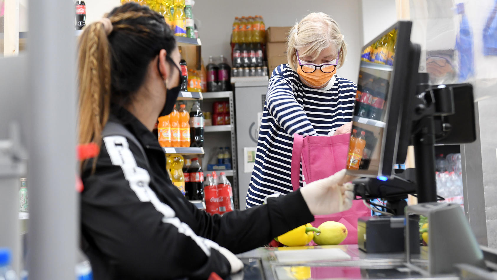 Trotz Mehrarbeit in der Corona-Krise sank der durchschnittliche Lohn für Supermarktverkäufer um 60 Euro.