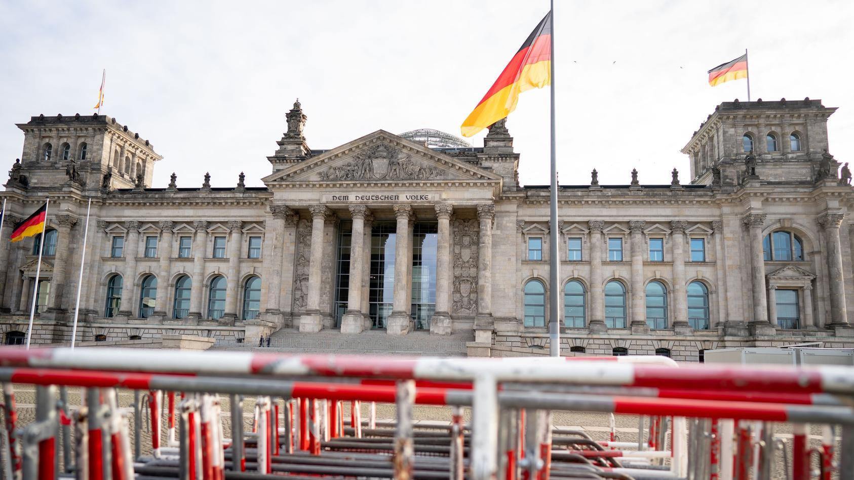 Absperrgitter vor Reichstagsgebäude.
