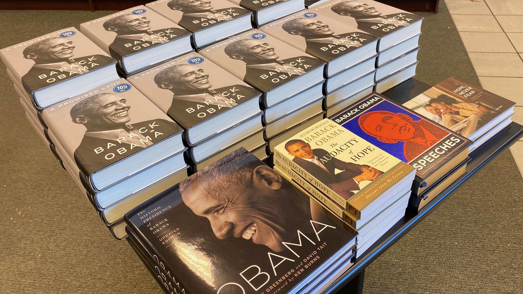November 17, 2020, Mount Pleasant, Wisconsin, USA: Former President Barack Obama s new book, A Promised Land, went on sale with a 10iscount on the release date at the Barnes & Noble bookshop in the Village of Mount Pleasant, Wisconsin. Mount Pleasan