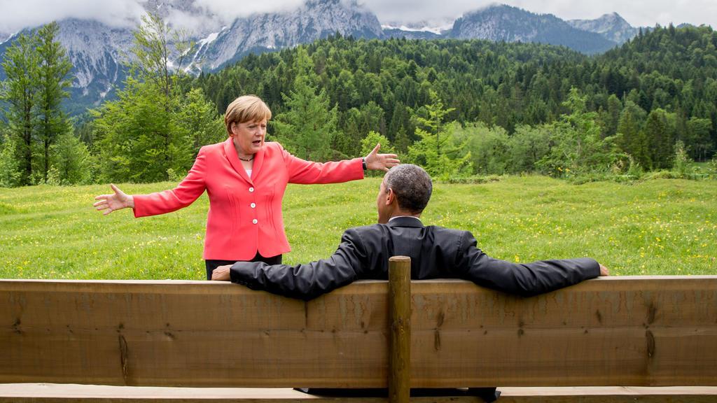 ARCHIV - 08.06.2015, Bayern, Elmau: Bundeskanzlerin Angela Merkel spricht im Rahmen der G7 Konferenz mit US-Präsident Barack Obama auf einer Wiese bei Schloss Elmau vor der Wettersteinspitze. (zu dpa: Obama:Merkel ist eine herausragende Führungspers