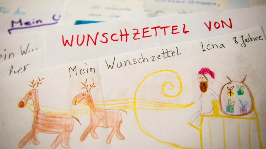 Wunschzettel liegen am 25.11.2014 im Weihnachtspostamt im Hildesheimer Stadtteil Himmelsthür (Niedersachsen). Foto: Ole Spata/dpa +++(c) dpa - Bildfunk+++