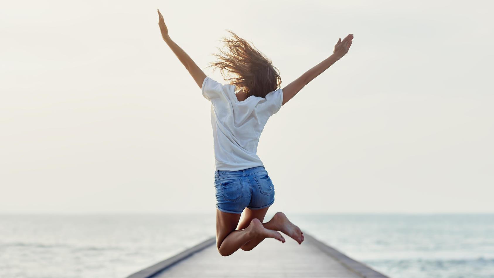 Mädchen springt glücklich in die Luft