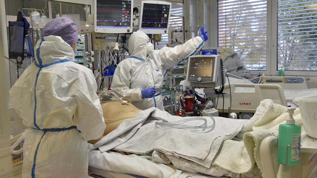29.10.2020, Tschechien, Zlin: Medizinisches Personal in Schutzkleidung arbeitet auf einer Intensivstation im Regionalkrankenhaus Tomas Bata, wo Patienten mit Covid-19-Erkrankung versorgt werden. Foto: Dalibor Glück/CTK/dpa +++ dpa-Bildfunk +++