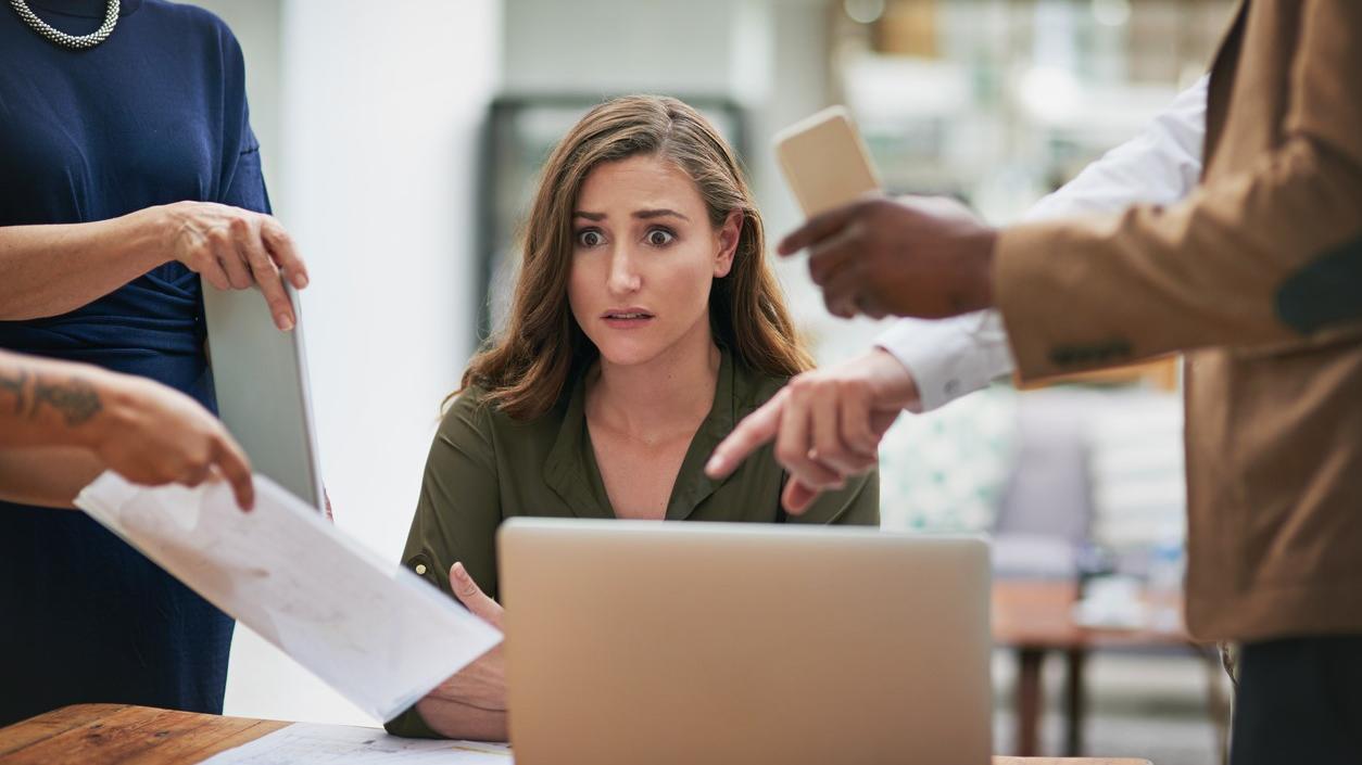 Stress im Job: Im Beruf nennen die erwerbstätigen Befragten neben Zeitdruck (55 Prozent) die große Aufgabenmenge (47 Prozent) und eine unangenehme Arbeitsatmosphäre (Symbolbild)