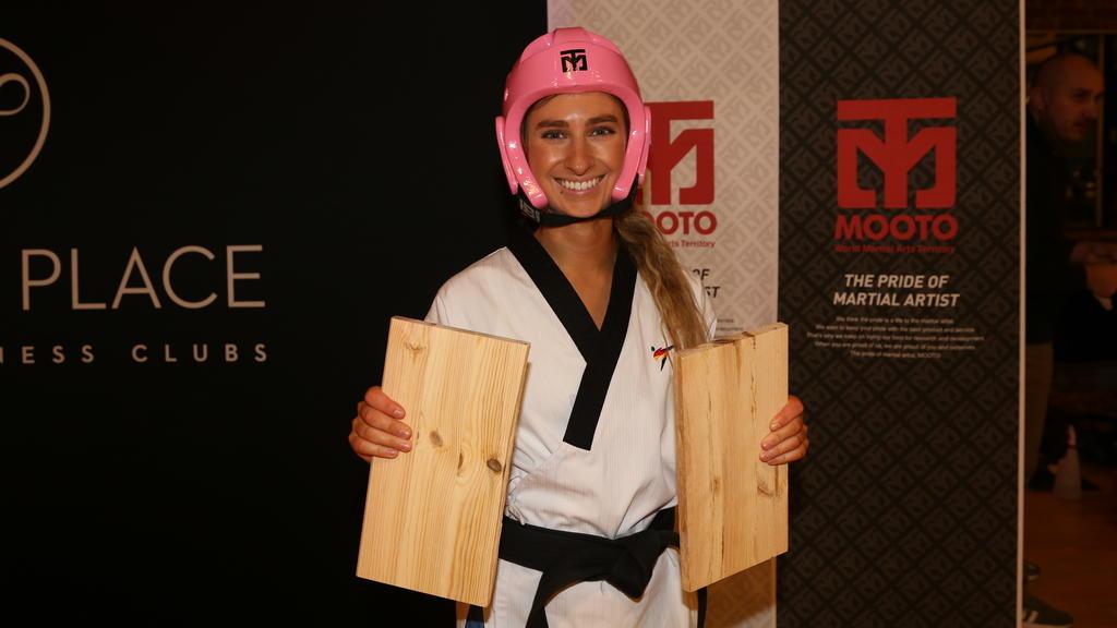 Palina Glebova, zertritt Bretter mit einem Karate-Kick