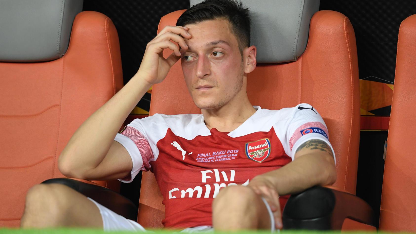 Mesut Özil sitzt unzufrieden auf der Bank.