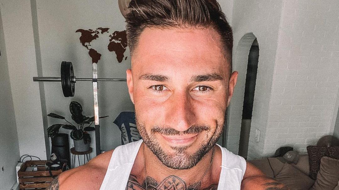 """Als Fitness-Influencer gewährt Florian Buchholz seinen Followern eigentlich Einblicke in seinen Trainingsalltag – außer mittwochs, denn da läuft """"Die Bachelorette"""" bei RTL."""