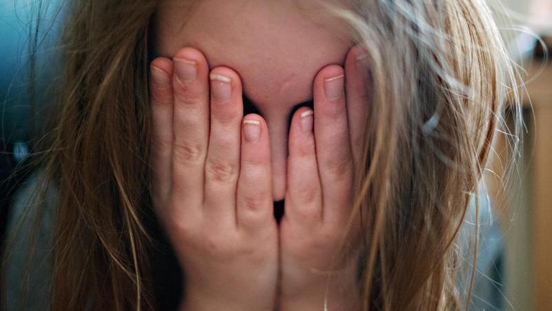 43 % der Deutschen finden einen Klaps auf den Po bei Kindern okay. Foto: picture alliance / Nicolas Armer/dpa/Archivbild