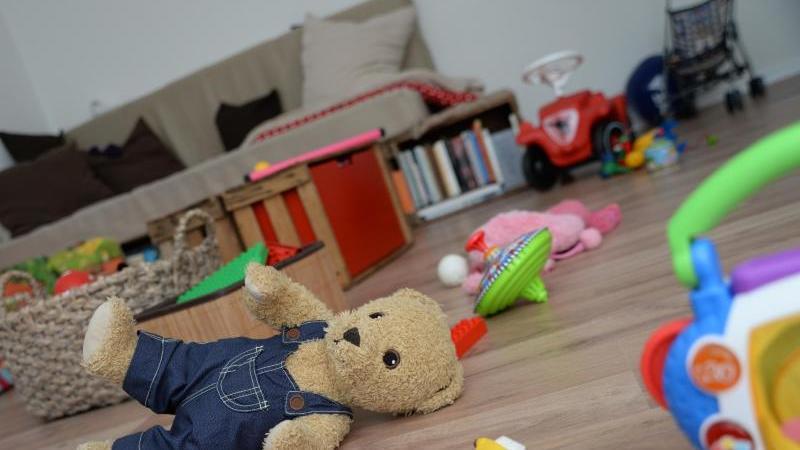 Chaos im Wohnzimmer, hoher Lärmpegel: Im Alltag mit Kindern gibt es für Eltern viele stressige Momente. Foto: Andrea Warnecke/dpa-tmn
