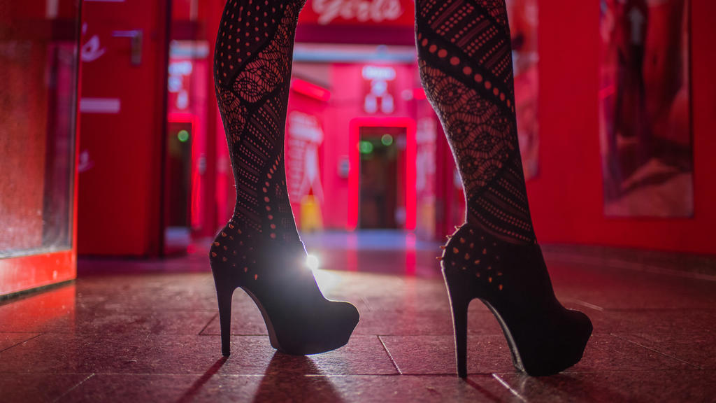 ARCHIV - 12.07.2017, Frankfurt/Main: Eine Frau steht im Eingangsbereich einer Animierbar und eines Bordells. (zu dpa «Umfrage: Bundesbürger sehen Prostitution negativ - kein Verbot») Foto: Andreas Arnold/dpa +++ dpa-Bildfunk +++