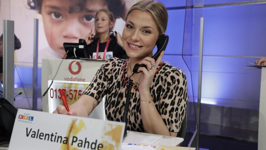 Schauspielerin Valentina Pahde im Callcenter beim RTL-Spendenmarathon.