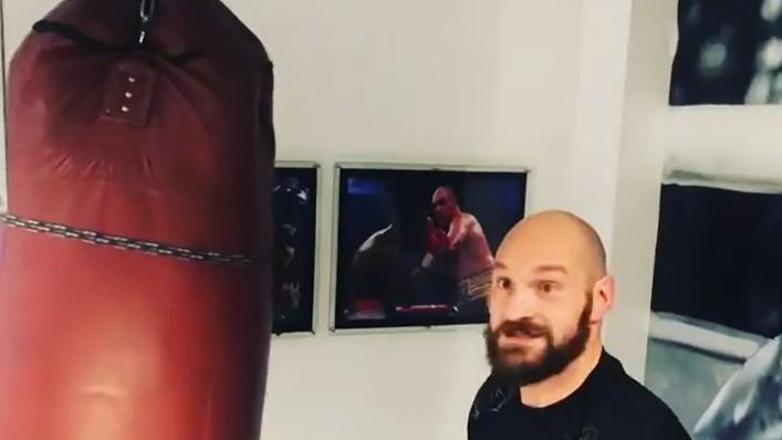 Da guckt er selbst beeindruckt: Tyson Fury haut seinen Boxsack k.o.