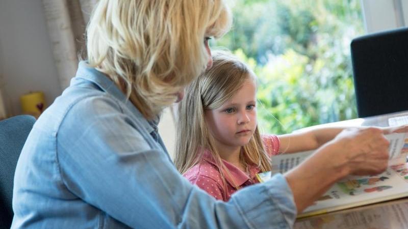 Beim Vorlesen geht es vor allem darum, seinem Kind Aufmerksamkeit zu schenken. Foto: Christin Klose/dpa-tmn