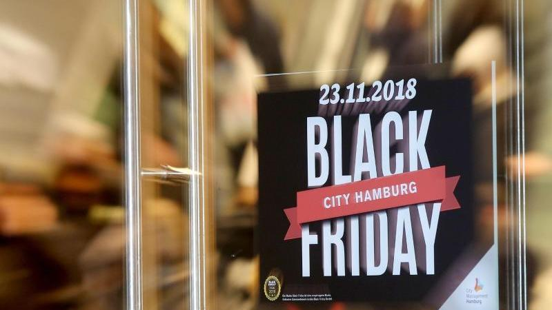 Aufgepasst: Nicht jeder Rabatt, der rund um den Black Friday als solcher angepriesen wird, ist auch wirklich einer. Foto: Bodo Marks/dpa/dpa-tmn