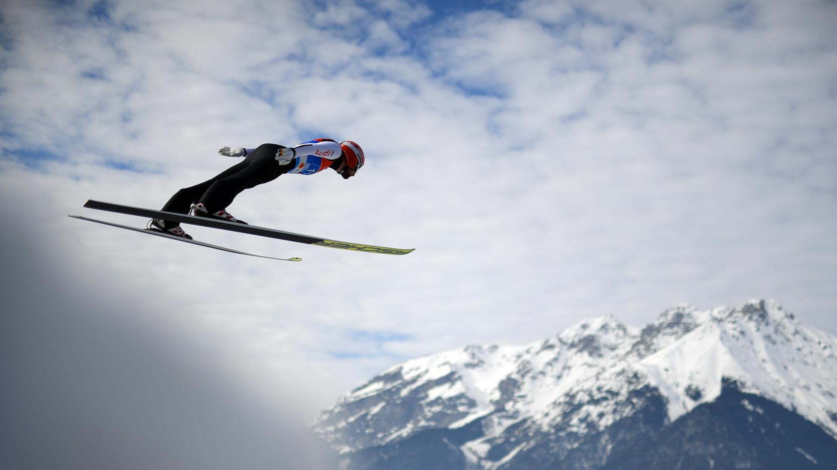 Markus Eisenbichler segelt in Innsbruck durch die Luft.
