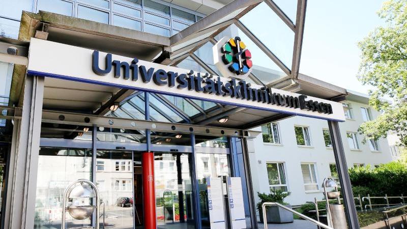 Der Eingang der Uniklinik Essen . Foto: Roland Weihrauch/Archiv